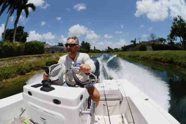 Guiden Alan Zaremba giver den gas i kanalerne i Miamis tætbefolkede områder. Hvem sagde fishing Miami Vice style?