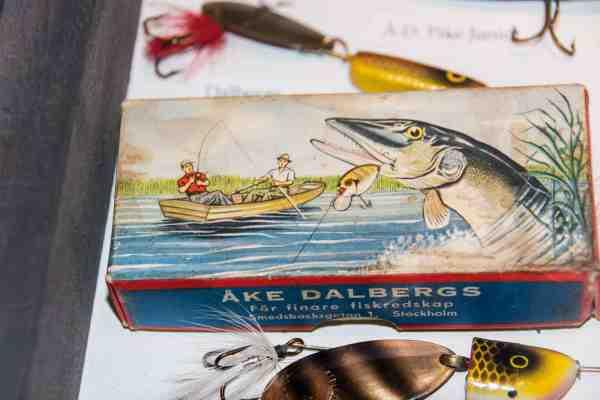 Mange svenske agn blev tidligere leveret i flotte og kreative emballager, her Åke Dalbergs.