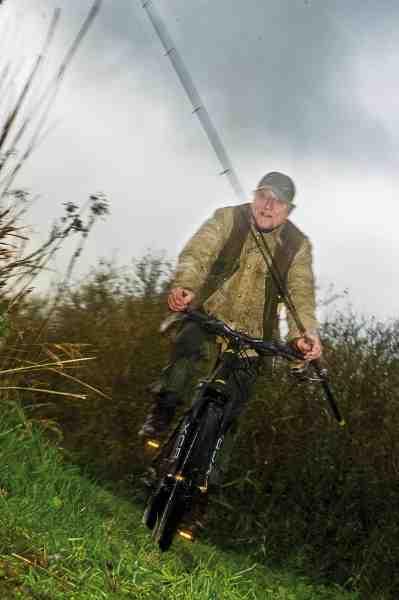 Når Kurt skal ud til de lokale moser på geddefiskeri foregår det som regel på mountianbike uanset vejret.