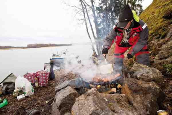 Robert tilbereder to kilo marineret filet over åben ild. En fornem og yderst velsmagende fiskefrokost.
