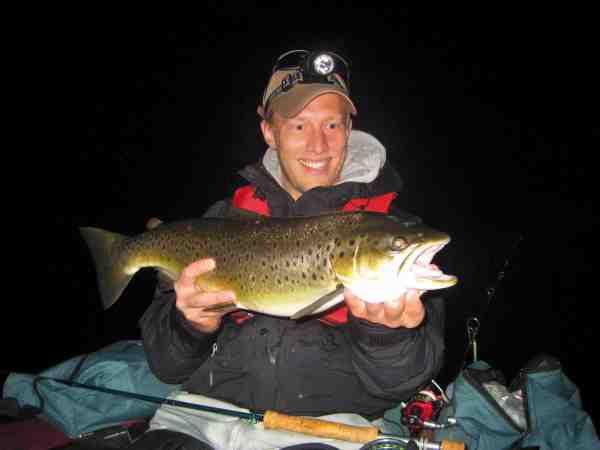 Jesper Rasmussen med hans første fisk fra ringen. En smuk tre kilos på 63 centimeter.