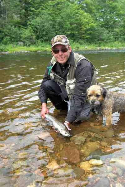 Østcanadisk grilse fre en af Nova Scotias mange laksefloder.