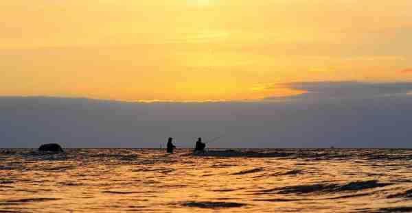 I takt med at solen synker ned bag horisontens lavt hængende skyer, stiger aktiviteten på Avernakø og Lyø mange hotte fiskepladser.