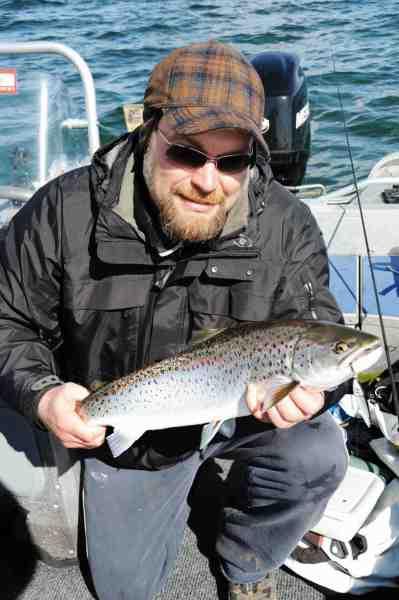 Peter Lambert med sin første havørred. Denne flotte 2-3 kilos fisk blev genudsat, da der allerede var madfisk i båden.