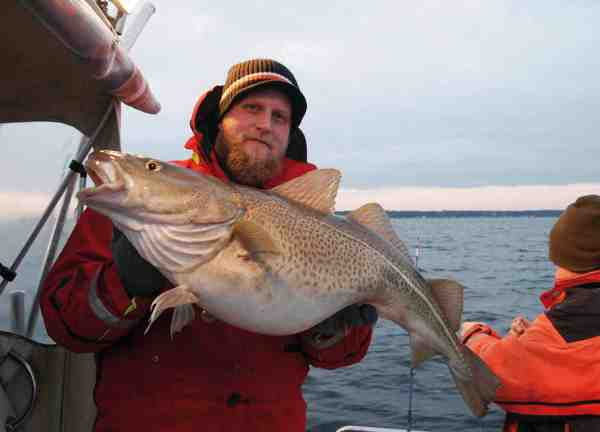 Peder med en flot måler fra Øresund i sin Ursuit dragt. En tørdragt bør være hvermandseje for småbådsfiskere. Er uheldet ude kan denne personsikring betyde at man bliver fundet i live.