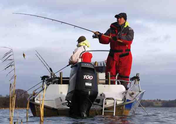 Det er ikke så lidt fiskevand man kan dække med 100 HK på hækken, og Robert kender alle de rigtige pladser.