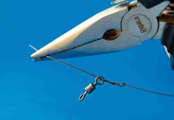 Når du binder wire, hardmono eller fluorocarbon med en blodknude, skal du bruge en tang for at trække den ordentlig til.