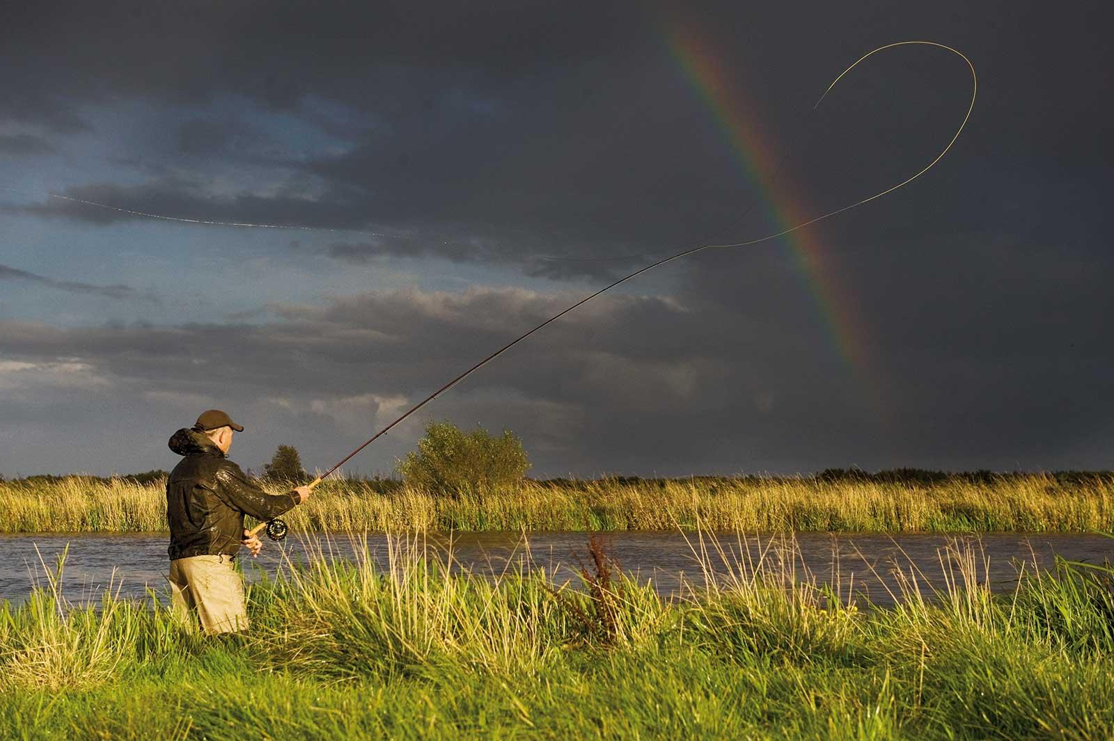 Heine Frausing fisker laks i Skjern Å