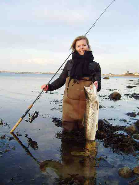 Kasper Ramkjær hev sin kæreste Mia med ud på en sin første fisketur efter havørred – og en ny havørredfisker blev straks skabt. Og det forstår man jo godt med en fisk som denne på sin første tur!