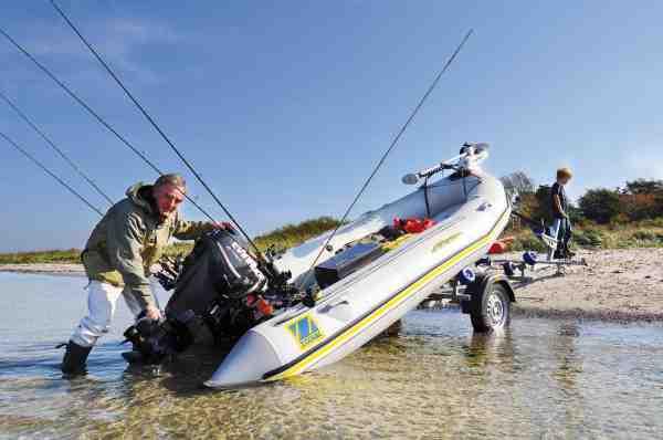 En af de mange fordele ved at bruge en gummibåd til fiskeri, er at den er let at søsætte uden bådramper. Henriks gummibåd er en Zodiac Futura Fastroller Mark 2 udstyret med en 25 hk Evinrude motor og frontmonteret elmotor, så den er ideel til mange former for fiskeri.