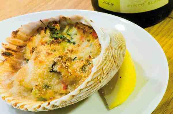 Codcakes er en skøn krydret torskeret inspireret af amerikanernes crabcakes som serveres i krabbeskaller. Her er torsken serveret i en muslingeskal.