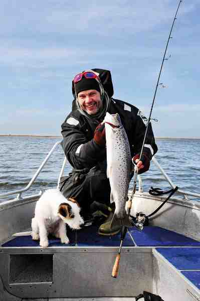 Allan og hans hund Freddie med en fin vinterørred fra båd, som faldt for en Magic Minnow.