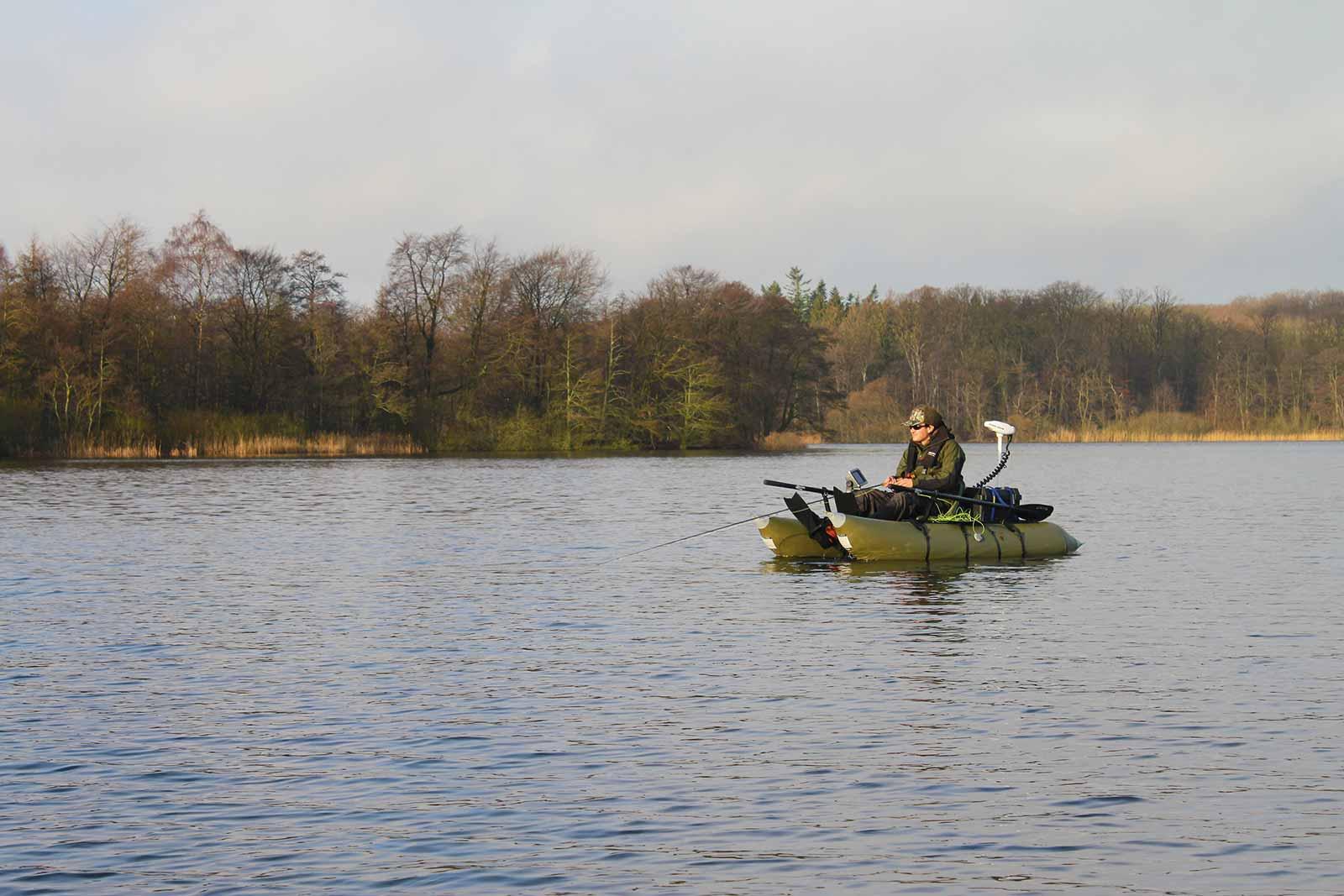 Pontonbåd designet til den ultimative fiskemaskine - til søfiskeri, predatorfiskeri, kysten og fluestangen