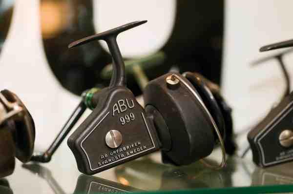 ABU 999 blev produceret i perioden 1958 til 1964, og var flagskibet indenfor fastspolehjul. Det er ikke produceret i Sverige, men af Zangi i Italien. Det var ingen »billig sag« og kostede i 1958 mere end et Ambassadeur 5000.