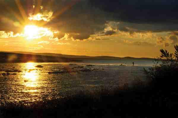 Midnatssolen over Finnmarken er et smukt syn og kan den nydes bedre end på en far/søn fisketur?