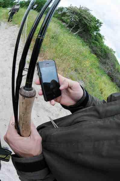 Mange smartphones har indbygget GPS – og kombinerer du med en app til Google Earth har du en nyttig kombination af positioner og luftfotos, hvor du kan se alt fra revler og badekar til store sten. Ulempen ved smartphones er, at skærmen ikke er konstrueret til udendørsbrug, hvilket betyder, at det er svært at se for reflekser i sollys.