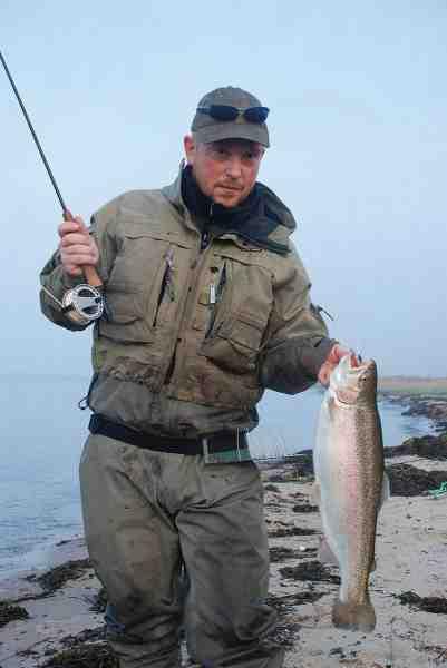 Henrik D. Christensen er en skrap havørredfisker, men forstår sandelig også at hygge sig med regnbuerne når chancen byder sig.
