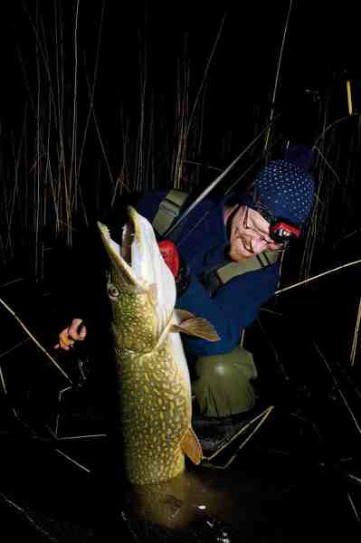 Søren Beck er en hård hund, når det kommer til natfiskeri efter gedder. Her er han med en flot 9 kilos fisk.