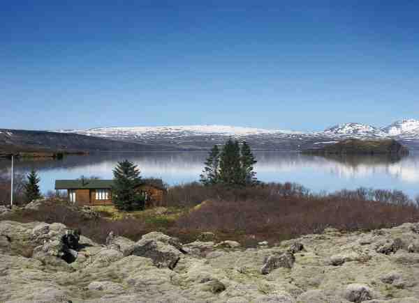 Midt i lavamarken i den sydlige del af Thingvallavatn. Det er et godt sted i det tidlige forår pga. varmekilder der lokker fiskene til.