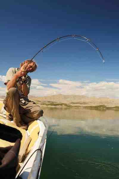 Jakub Vagner tæt på at lande en flot mangarbarbe fra et reservoir på den øverste del af Eufrat.