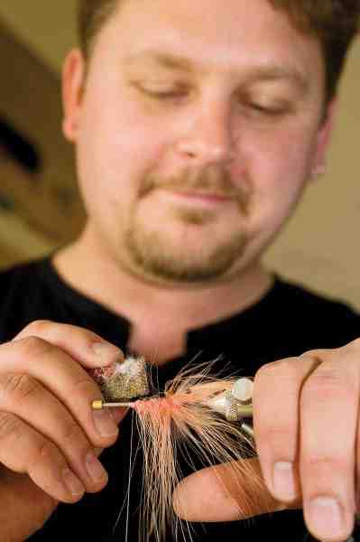 Mikkel Hemmeshøj fisker rørflue på kysten. Bindeteknikken er grundlæggende den samme som til krogfluer – du skal blot montere røret på et metalspyd som dette. Han binder kystrørfluer på bestilling: fluebinderen@gmail.com