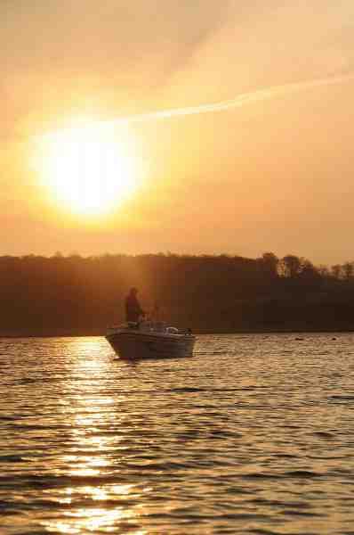 Til vinterfiskeriet er det bestemt også en del lunere ikke at skulle stå i vand til livet, og den højere placering gør det også langt nemmere at spotte fiske på afstand.
