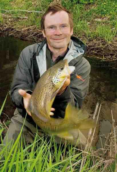 Letspin med små fluer og glasperler som kastevægt er en oplagt måde at fiske med flue i små vandløb, hvor det er svært at komme til med fluestangen – som fx her hvor denne fine bækørred blev landet.