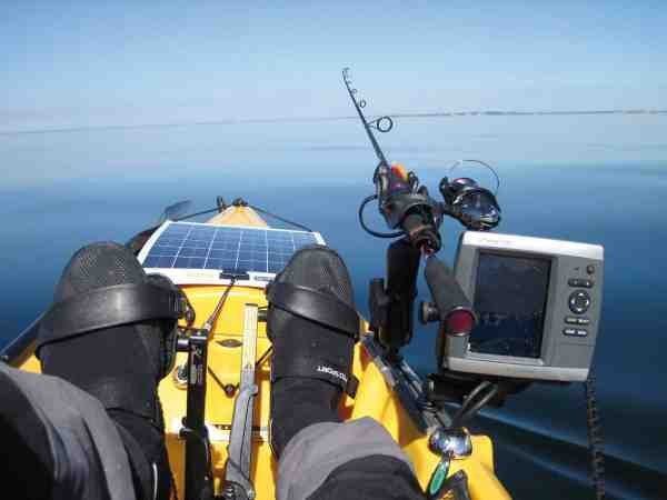 Kortplotter og ekkolod, som drives af et 12 volt batteri, er til stor hjælp under sejlads og fiskeri. Solpanelet holder batteriet opladet og er især nyttigt, når man skal campere og fiske i flere dage uden adgang til strøm.