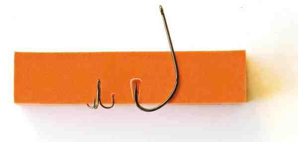 En stor enkeltkrog som denne Gamakatsu F314 str. 2, der ofte anvendes til kyststreamers og store rejeimitationer, giver et 10 gange større krogsår end den lille trekrog, der kan anvendes til præcis samme flue, hvis den monterers på et releasetakel (Owner ST 36 BC X str. 18). I beregningerne er der kompenseret for den frekvens, hvormed trekrogen kroger på hhv en, to og tre grene.