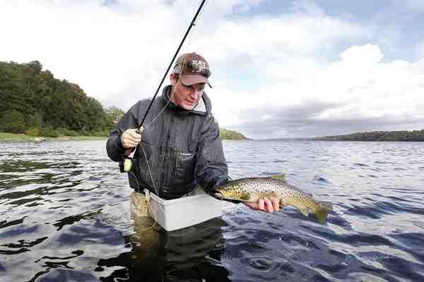 Et hurtigt fangstbillede inden fisken genudsættes og fiskeriet genoptages. Mariager Fjords ørreder er kendt for at trække rundt i stimer, så når fiskene er fundet, er det med at fiske koncentreret og effektivt. Ofte fanges mange fisk inden for en time eller to, og så dør fiskeriet ud.