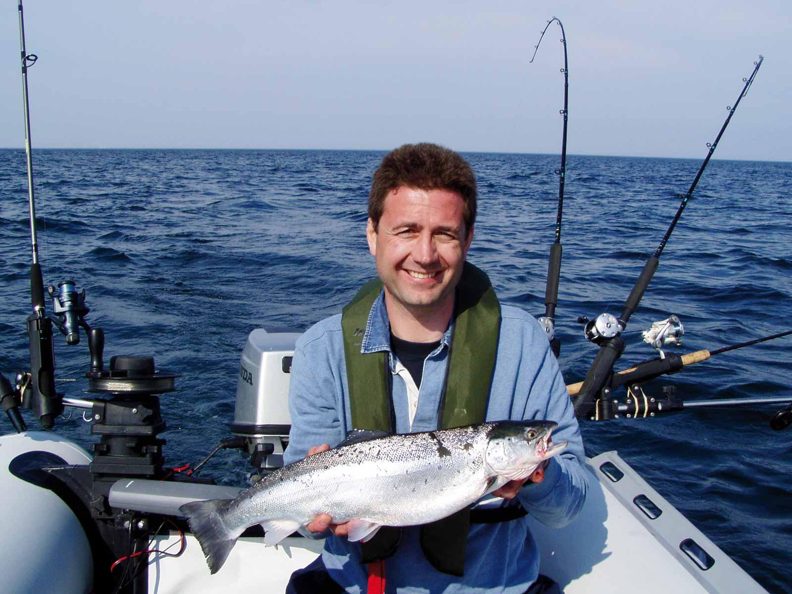 Med gummibåd og fiskestang