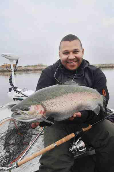 Fjordfiskeriet byder også på overraskelser. Her i form af en stor regnbueørred, som stod blandt en stime mindre havørreder.