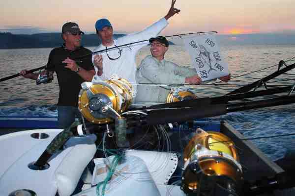 Søren Pølsemand Jensen, Thomas Petersen og Jan Svenstrup har hejst tunflaget for den største og mest bemærkelsesværdige tunfangst taget af skandinavere i nyere tid. Tunenes vægt kan du se på flaget...