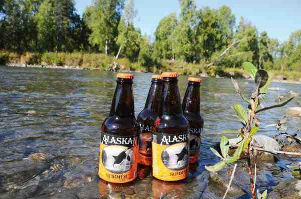Der var langt til nærmeste købmand, så der var købt rigeligt ind af den velsmagende lokale øl Alaskan, med de smukke etiketter. Og køleskabet var lige uden for døren, i form af den kolde og klare Chunilna Creek.