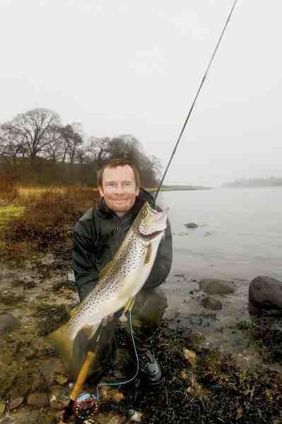 Jens Bursell med en smuk fjordørred taget på en lys rejerørflue fisket på et L-rig med en str. 16 krog.