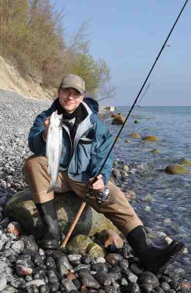 Henrik Marvin Knudsen elsker havørredfiskeri på kysten og en tur med gutterne og soveposerne er en fast tradition hver sommer