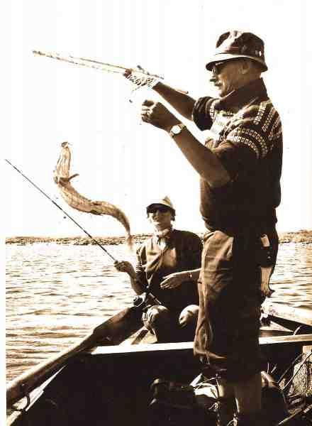 To som bare hører bare sammen. Ellinor og Julius. Her lander Julius galant en gedde på søen Roxen i Sverige.