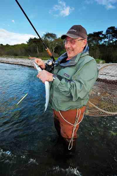 Med årene er Otto Poulsen blevet bedre til bare at nyde at være på kysten. Og selvom han har fanget absurde mængder havørreder – eller måske netop derfor – kan han sagtens glæde sig over eksempelvis en lille hornfisk.