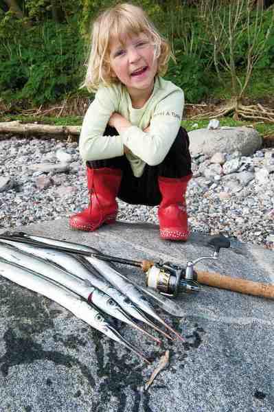 Kalinka med par fine hornfisk taget på sildestrimmel fisket på enkeltkrog og bombarda – en super effektiv teknik, der er som skabt til fiskeri med børnene.