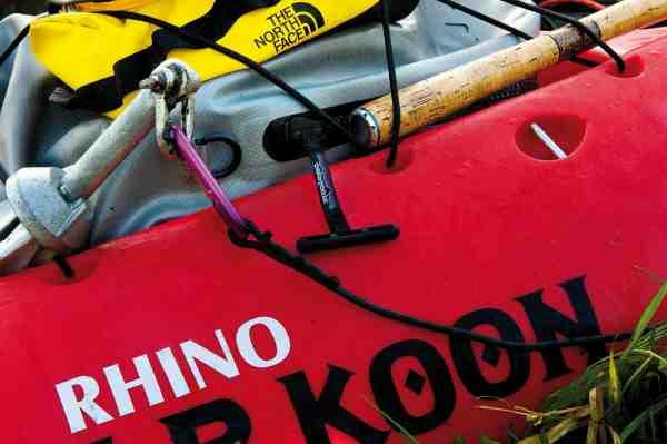 Til fiskeri fra en åben sit-on-top kajak som denne, er en topkvalitets drybag vigtig. Her er det Patagonias Stormfront, der sikrer 100% vandtæt opbevaring af kameraet. Den lille microduffel øverst, som bruges til at have smågrej lettilgængelig er regntæt – men ikke vandtæt.