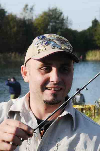 Robin Abresevic er en ihærdig og dygtig lystfisker. Det ses bl.a. på kasketten, der er prydet med mange af Fisk & Fri's P&T og Rekordfisk nåle.