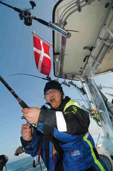 Simon prøver at lave radio samtidig med han fighter sin største fisk nogensinde. Det er ingen let opgave, men han klarer begge dele til stor fornøjelse for alle radiolytterne.