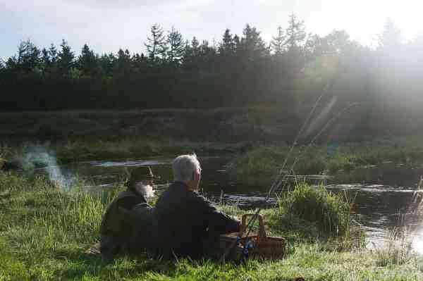 Egon Langgard og VSF's formand Jørgen Buch tager sig et velfortjent hvil ved et af de smukke sving på Karup Å.