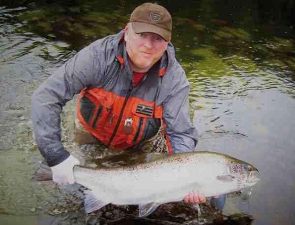 Terry Byrne med en fantastisk tørflue laks fra New Foundland, der blev vinderen af 2012 fiskekonkurrencen på www.fishmadman.com.