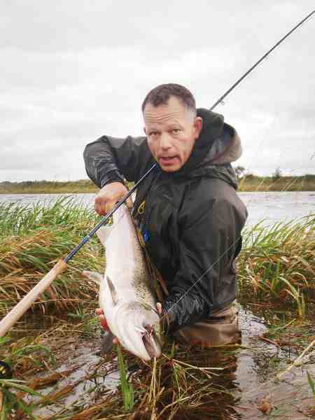 Heine Frausing fanger flere danske fluelaks end de fleste tør drømme om. Her svinger han kæppen på den nederste del af Skjern Å.