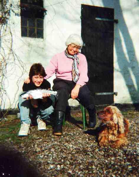 Mormor var med på pletten på Vestsjælland da forfatteren Kasper Ramkjær fangede sin første havørred. Og det er på nøjagtig samme plads at Kasper kæreste flere år senere skulle fange sin første ørred.