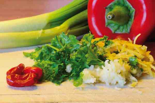 Chili, persille, hvidløg og revet citronskal er med til at give denne ret et frisk pift.