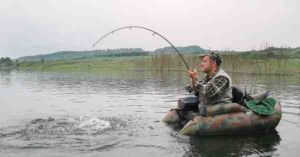 En grum storgedde fra flyderingen føles bare endnu større, når man selv sidder helt nede i vandlinien.