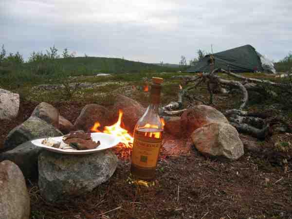 Aftenerne blev brugt på hygge ved bålet med primitiv mad – og en lille whisky.