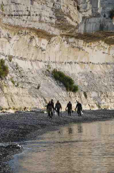 Et slæng fiskere har haft en god nat på kysten og er på vej hjem mod køjerne med en håndfuld pæne ørreder.